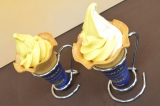 鹿児島県・種子島産の高級芋を使用した(左から)『安納芋ソフト』、『安納芋ミックスソフト』 (C)oricon ME inc.