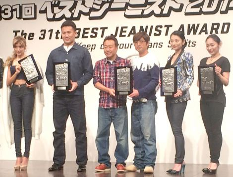 『ベストジーニスト2014』を受賞した(左から)ローラ、田中将