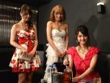 テレビ朝日系ドラマ『黒服物語』の役作りのため、新宿・歌舞伎町のキャバクラで作法などを学んだ佐々木希(右)と柳ゆり菜(左)