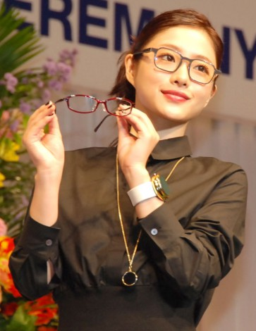 【画像】石原さとみさんのエロ過ぎるメガネ姿をご覧下さい…AKB48渡辺麻友を公開処刑