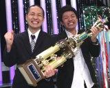 新装された『NHK新人お笑い大賞』の頂点に立ったアイロンヘッドの毛利雅俊(左)と辻井亮平
