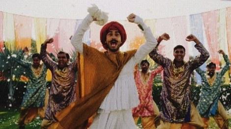 インド人と手を上げる平井堅