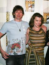 映画『バイオハザードドV:リトリビューション』のポール・W・S・アンダーソン監督(左)と主演のミラ・ジョヴォヴィッチ(右)