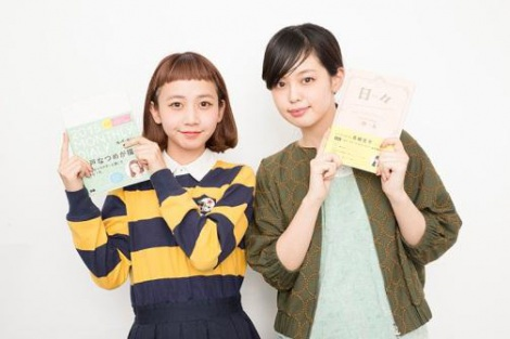 手帳をプロデュースした(左から)人気モデルの三戸なつめ、青柳文子