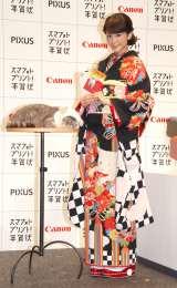CMで共演したブサかわ猫レオンくんとともに登場した桐谷美玲=キヤノン『PIXUS スマフォトプリント!年賀状』新作CM発表会