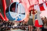大阪・梅田のシンボル「HEP FIVE観覧車」に1台だけ映画『アオハライド』(12月13日公開)とコラボした青い「アオハル号」が登場。本田翼&新川優愛が初ライド