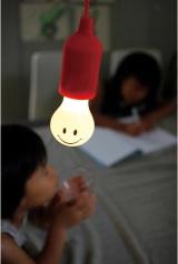 コンセントがいらない電球型LEDランプ『SMILE LAMP(スマイルランプ)』(税抜1200円)かわいいスマイルのイラストなので子ども部屋にもピッタリ