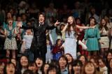 津田英佑(左)、May J.(右)が『アナと雪の女王』のファン500人と日本版主題歌などを熱唱した
