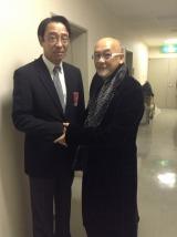 元横浜大洋ホエールズ投手で現在は鎌倉市観光協会専務理事の遠藤一彦氏(左)と握手する松山千春