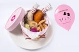 『ハローキティカフェ』で提供されるメニュー『ローストチキンのクリスマスBOX☆風船プレゼント付き☆』(税抜1280円)/(C)1976,2014 SANRIO CO.,LTD.