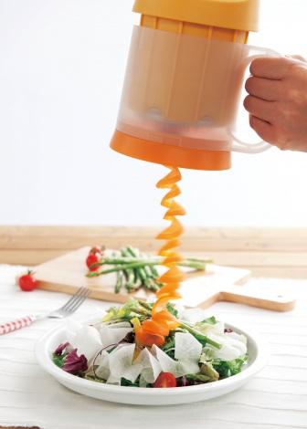野菜をクルクルとカットできる電動スライサー『クルクルベジスライサー』(ドウシシャ)