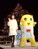 中山競馬場のクリスマスイルミネーションの点灯式に登場したふなっしーと吉本実憂 (C)oricon ME inc.