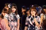 AKB48卒業を発表した高橋みなみ(右)と次期総監督に任命された横山由依(左) (C)AKS