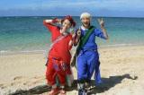 2泊3日のサバイバル0円生活に初挑戦した能年玲奈(右)。色違いのおそろい衣装は篠原ともえ(左)がデザイン(C)テレビ朝日