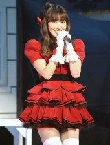 渡辺美優紀のソロデビュー曲を歌った小嶋陽菜=『第4回 AKB48紅白対抗歌合戦』(撮影:鈴木かずなり)