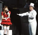 小嶋陽菜に告白する演出で沸かせた戸賀崎智信氏=『第4回 AKB48紅白対抗歌合戦』(撮影:鈴木かずなり)