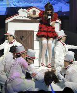 最後に滑り降りてきたのは茅野しのぶ総支配人=『第4回 AKB48紅白対抗歌合戦』の模様(撮影:鈴木かずなり)
