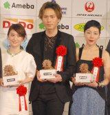 『第39回 報知映画賞』表彰式に出席した(左から)大島優子、登坂広臣、安藤桃子 (C)ORICON NewS inc.