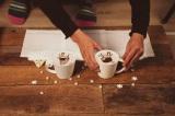 1カットごとにラテを作り、カップと小物を並べます。1000杯のラテを使ってあるカップルの<恋の物語>を描いたショートアニメーション「ラテ・モーション」が誕生