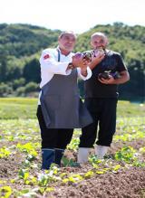 サルヴァトーレ・クオモ氏が自ら足を運び、野菜を吟味していく