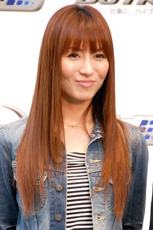 茶色ストレート髪の新山千春