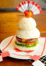 もちもちバンズの『鏡餅バーガー』(税込1404円)【エーエス クラシックス ダイナー】