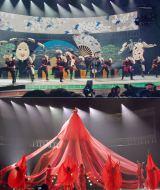 """紅白のド派手演出対決! 氷川きよしの""""ハイテク江戸ワールド""""(上)と水森かおりの高さ6.5mの巨大ドレス (C)ORICON NewS inc."""