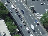 高速道路上で緊急事態が発生した際、二次的なトラブルを防ぐには、どうすれば良い?