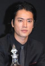 【4月2日】俳優の桐谷健太が、所属事務所の公式ブログで一般女性と結婚したことを発表。また、夫人の妊娠も明かし「年内中にお父さんになります」と報告した