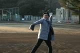 1月18日放送のテレビ朝日系『相葉マナブ』でシーズン開幕前、最後のバラエティー出演となる工藤公康氏。嵐・相葉雅紀にカーブを伝授(C)テレビ朝日