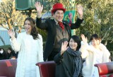 笑顔で手を振る(上段左から)May J.、ピエール瀧、(下段左から)松たか子、神田沙也加 (C)oricon ME inc.