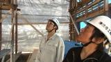 解体現場を見る古坂大魔王(左)。2月1日、2時間スペシャルで放送(C)ABC