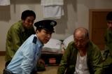 懲役40年を超える受刑者役で毎話出演する泉谷しげる(右)。オリジナルドラマ『プリズン・オフィサー』2月1日よりdビデオで独占配信