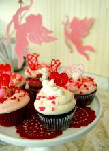 キューピットやハートのデコレーションがラブリー! 『バレンタイン カップケーキ』
