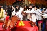 リハーサル後、香港ならではの儀式として豚の丸焼きが登場(C)AKS