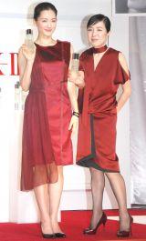 (左から)綾瀬はるか、桃井かおり=『SK-II誕生35周年』キックオフセレモニー (C)ORICON NewS inc.