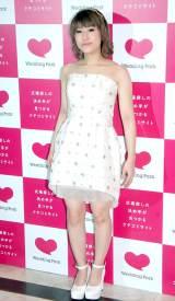 純白のミニウエディングドレス姿で登場したIMALU=口コミサイト『ウエディングパーク』WebCM記者発表会 (C)ORICON NewS inc.