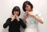 番組MC・梅澤亜季(左)とニョッキポーズをする西内まりや(右) (C)ORICON NewS inc.