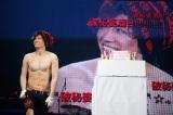 39歳の誕生日を祝福され照れ笑いするGACKT
