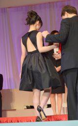 背中が大きく開いたドレスで登場した橋本環奈=『第26回 日本ジュエリー ベストドレッサー賞』表彰式 (C)ORICON NewS inc.