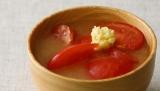 『おくすり味噌汁114』(ワニブックス)では、全114種のみそ汁メニューを掲載 ※写真は、美容にピッタリのトマトとしょうが