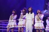 (左から)峯岸みなみ、小嶋陽菜、前田敦子、高橋みなみ=『AKB48リクエストアワー セットリストベスト1035 2015』(C)AKS