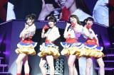 『AKB48リクエストアワー セットリストベスト1035 2015』2日目公演にサプライズ登場した大島優子(左から3番目) (C)AKS