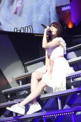 『AKB48リクエストアワー セットリストベスト1035 2015』2日目公演に登場した小嶋陽菜 (C)AKS