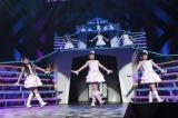 140位「天使のしっぽ」(左から荒巻美咲、多田愛佳、朝長美桜) 『AKB48リクエストアワー セットリストベスト1035 2015』3日目(C)AKS