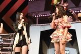 SKE48&NMB48シングル同時発売決定に戸惑うメンバーたち(左から)松井珠理奈、渡辺美優紀=『AKB48リクエストアワー セットリストベスト1035 2015』3日目 (C)AKS
