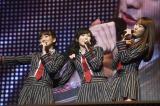 「初日」を披露した2期生(左から)仲川遥香、渡辺麻友、バイトAKBの佐伯美香(C)AKS