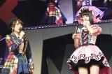 (左から)高橋みなみ、宮脇咲良=『AKB48リクエストアワー セットリストベスト1035 2015』4日目夜公演(C)AKS