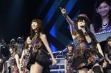 33位「上からマリコ」右:谷真理佳=『AKB48リクエストアワー セットリストベスト1035 2015』最終日昼公演(C)AKS