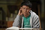 妻夫木聡演じる主人公・砧涼介。情けない顔をしているのはなぜ? (C)KDDI Hint